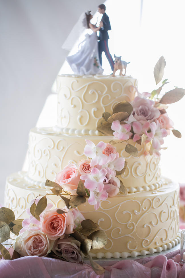 Flower Cake  // Beautiful Rustic Elegance Wedding in Blush Cream Gold // Carly Fuller Photography // Click for more details on www.ConfettiDaydreams.com