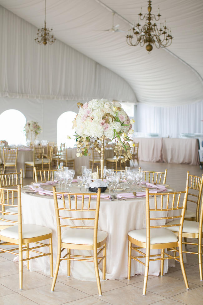 Stunning Round Wedding Table Setting  // Beautiful Rustic Elegance Wedding in Blush Cream Gold // Carly Fuller Photography // Click for more details on www.ConfettiDaydreams.com