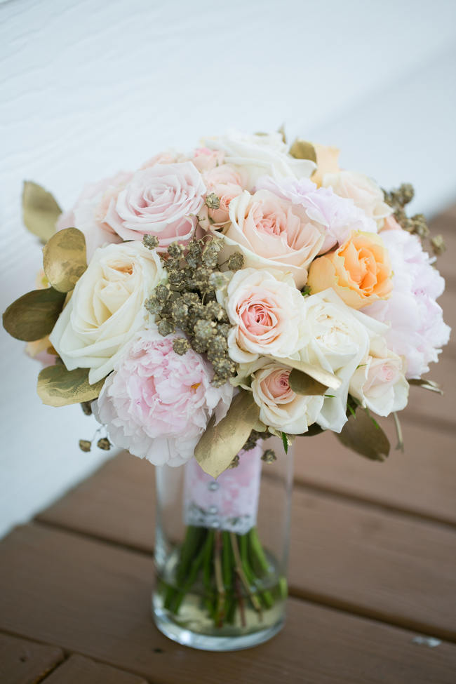 Stunning Bouquet //  Beautiful Rustic Elegance Wedding in Blush Cream Gold // Carly Fuller Photography // Click for more details on www.ConfettiDaydreams.com