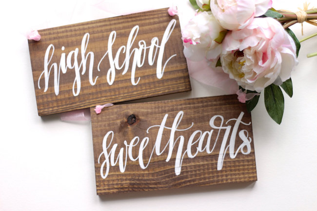 High School Sweethearts Mr and Mrs Signs alternative. See 20 more cute and creative ideas here: https://www.confettidaydreams.com/mr-and-mrs-signs/